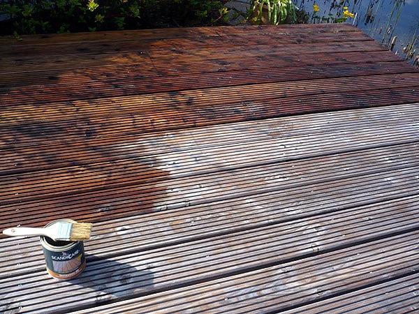 Holzterrasse mit Terrassenöl schützen