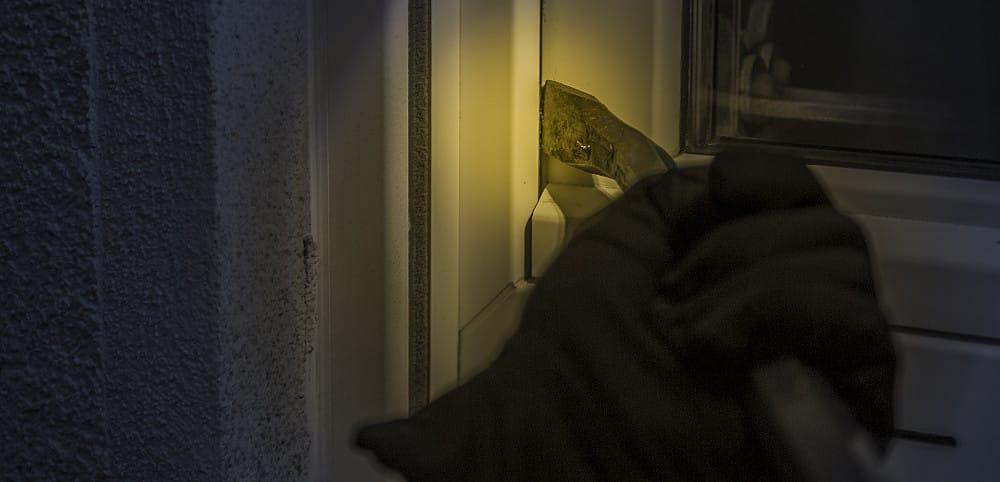 Einbrecher am Fenster