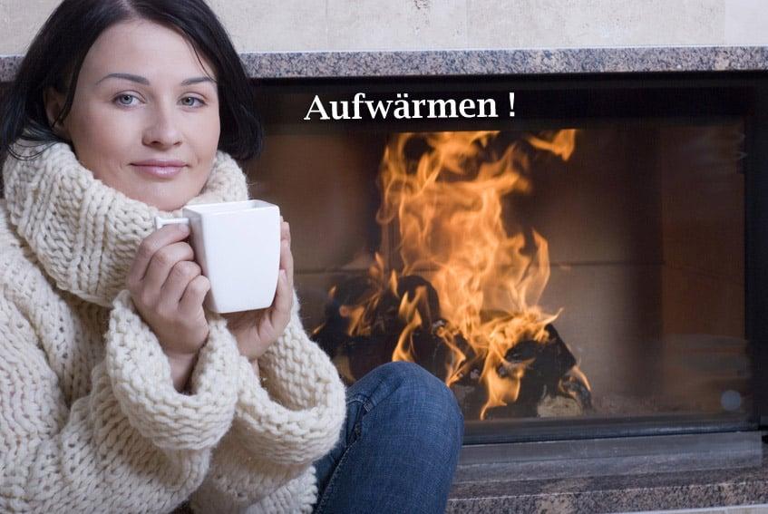 Frau_mit_Tasse_vor_Kamin
