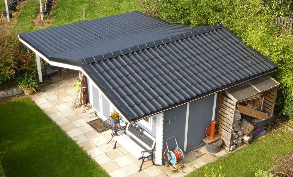Gartenhaus fertig mit Pfannenblech als Dachbelag eingedeckt