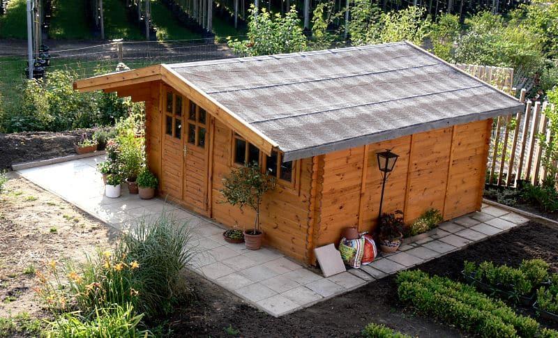 Holz im Garten: Terrassenüberdachung und Gartenhaus
