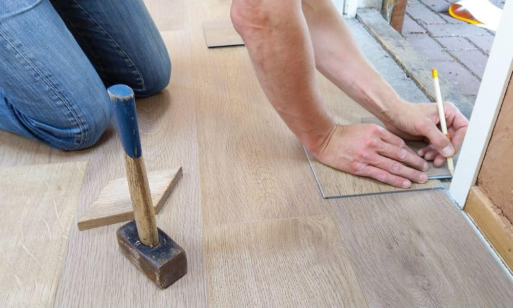 Heimwerker beim Bodenverlegen