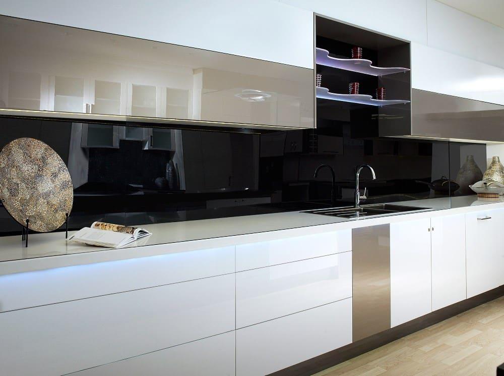 Küche mit Plexiglas Rückwand
