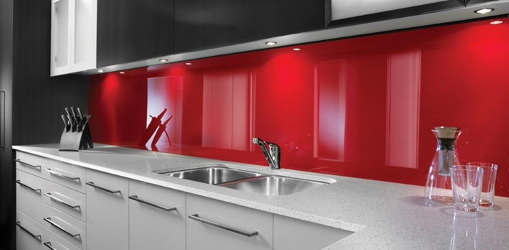 Küche mit Rückwand aus Plexiglas in Rot