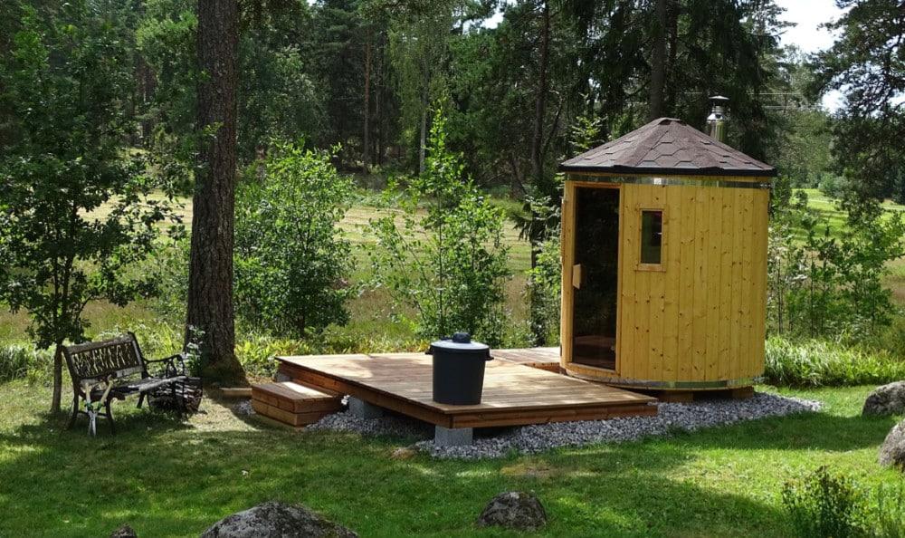 Runde Sauna im Garten am Waldrand