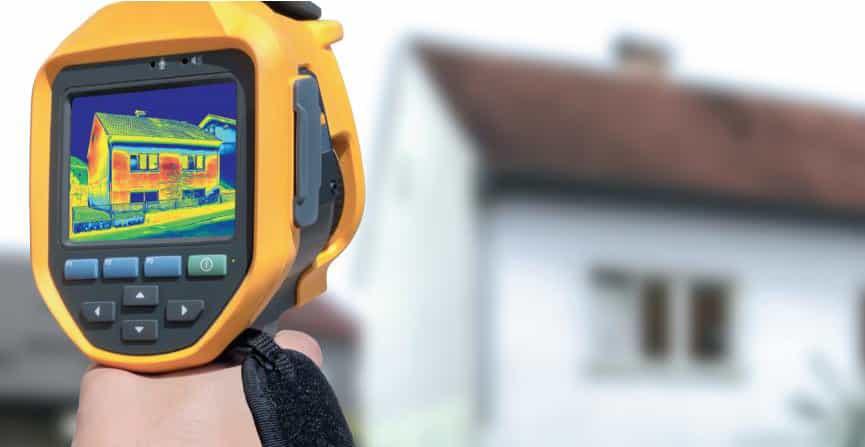 Wärmebildkamera vor einem Haus