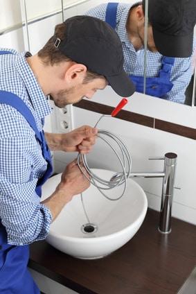 Waschbecken freimachen mit Rohrspirale