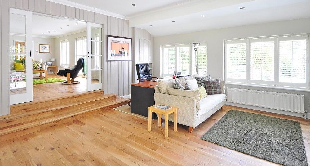Wohnzimmer mit Holzboden
