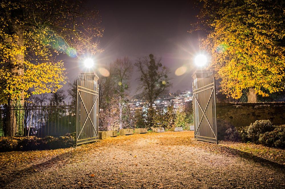 beleuchtete Hofeinfahrt mit Schiebetor